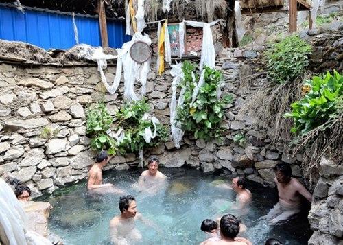 图为海拔4590米的德仲温泉是闻名遐迩的沐浴养疗胜地,每年来此浴疗的藏族民众络绎不绝。普穷次仁 摄 中国非物质文化遗产保护中心供图