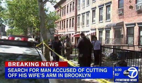 事发在布鲁克林五大道一栋居民楼里,警方封锁了现场(新闻截图)
