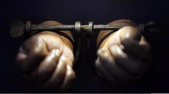 2012年2月1日,美國紐約歷史學會展出奴隸兒童戴着手銬的圖片。/視覺中國