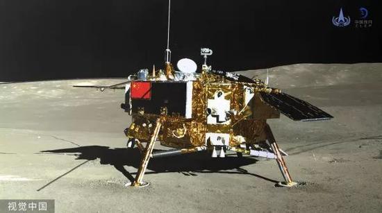 ▲在月球背面,玉兔二號巡視器全景相機對嫦娥四號着陸器成像。