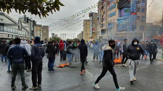 去年11月,伊朗因油价上涨爆发1979年以来最大规模抗议。
