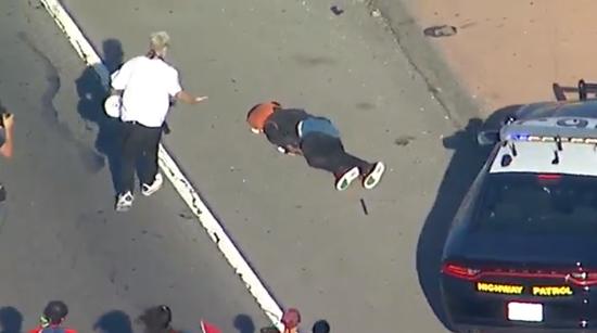 一位抗议者坐到警车车底,被甩飞(视频截图)