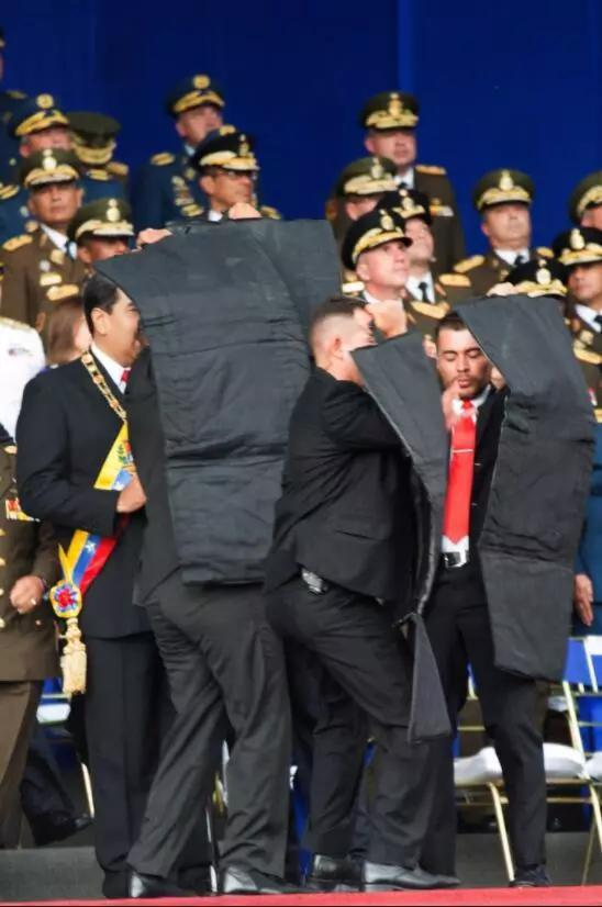 """委内瑞拉总统遇刺 保镖第一时间亮出""""隐藏装备"""""""