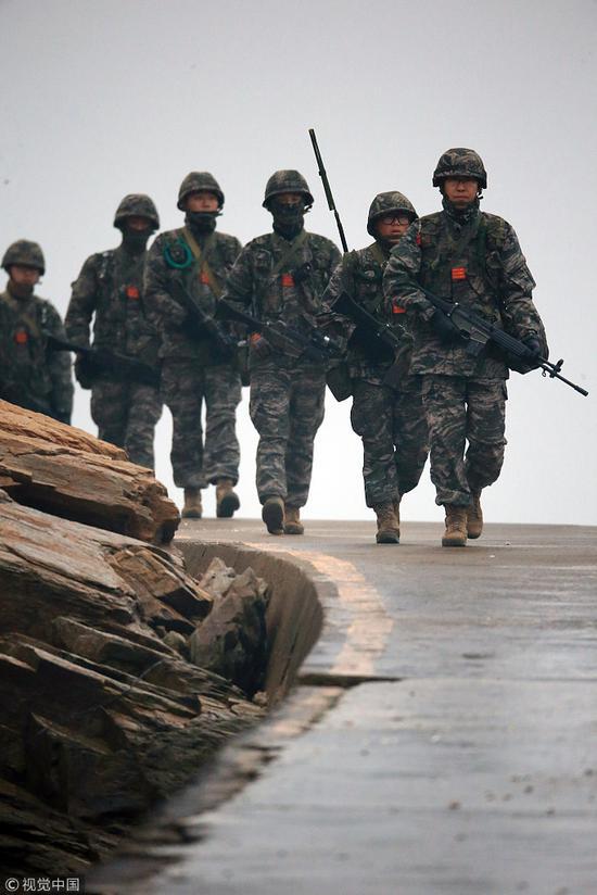 延坪岛事件4周年前夕,韩国海军陆战队沿海侦查。(视觉中国)