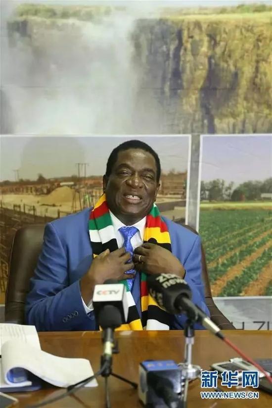 3月31日,在位于津巴布韦首都哈拉雷的总统办公室,津巴布韦总统埃默森·姆南加古瓦在访华前接受新华社等媒体采访。新华社发(陈雅琴摄)