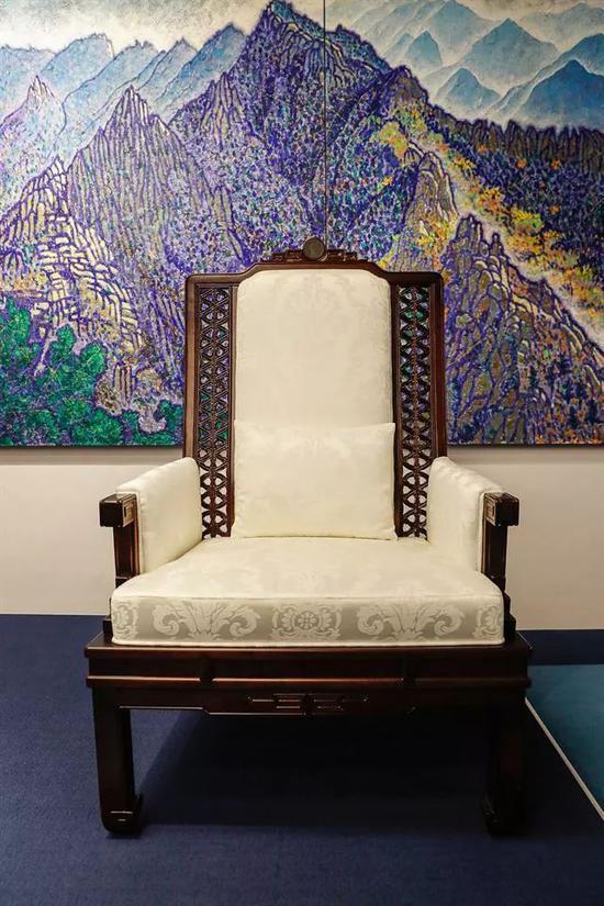 这是朝韩领导人将使用的座椅,椅背上方刻有半岛地图图案。