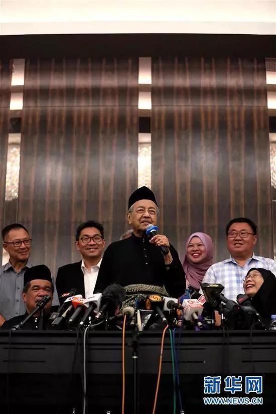 ▲5月10日,在马来西亚必打灵查亚,马哈蒂尔(中)宣誓就任总理后出席新闻发布会。