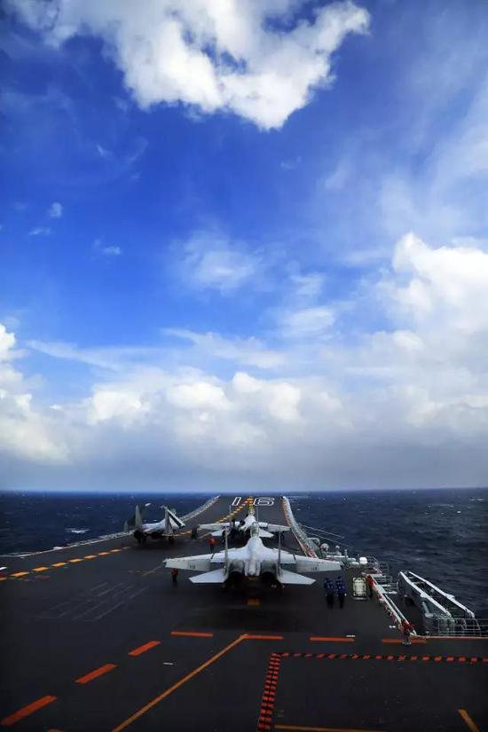 中国海军辽宁舰编队在南海进行训练