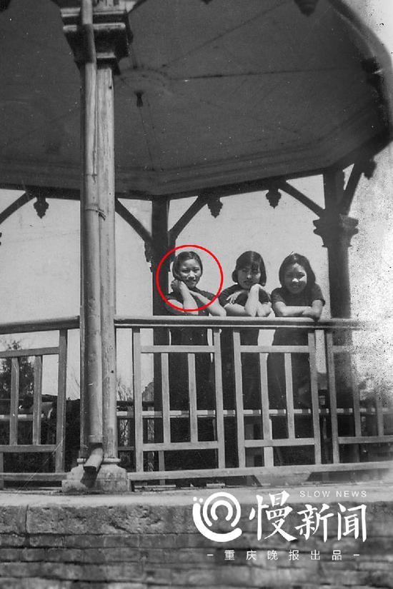 1937年,王德懿(左一)在上海交大八角亭留影。