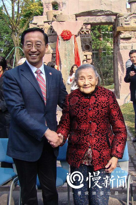 2015年12月,王德懿与时任上海交大校长张杰在九龙坡抗战学校内迁遗址(今美院内)合影。