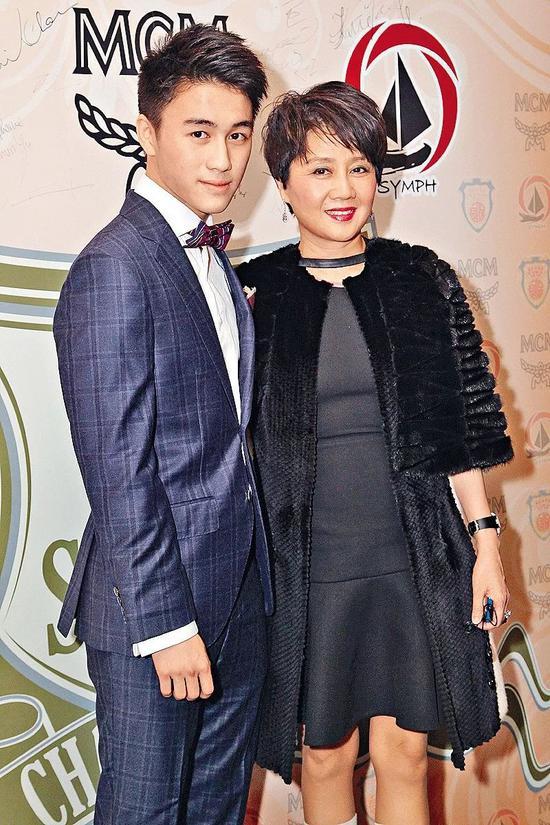 ▲四太梁安琪与儿子何猷君(图片来源:视觉中国)