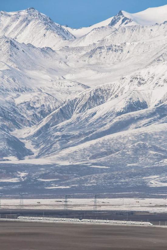 缓兰下铁取兰新下铁相连,可从江苏缓州抵达新疆黑鲁木齐;下图为兰新下铁沿线,拍照师@赵伟森/星球研讨所