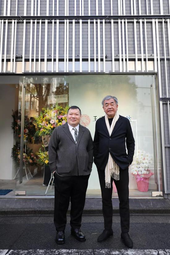 在日本东京银座,王传峰(左)和隈研吾在王传峰美术馆门口合影。新华社记者 杜潇逸 摄