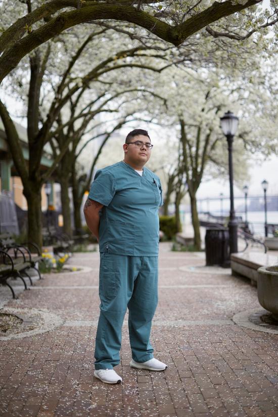 """史蒂文·卡布雷拉说:""""我们是一群不辱使命的医护工作者。""""图/纽约时报"""