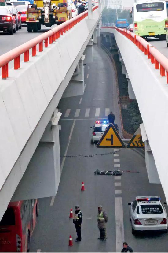 """(资料图片)上海的一起交通事故。交通事故的伤残鉴定,一直是司法""""黄牛""""最为活跃的领域。图/视觉中国"""