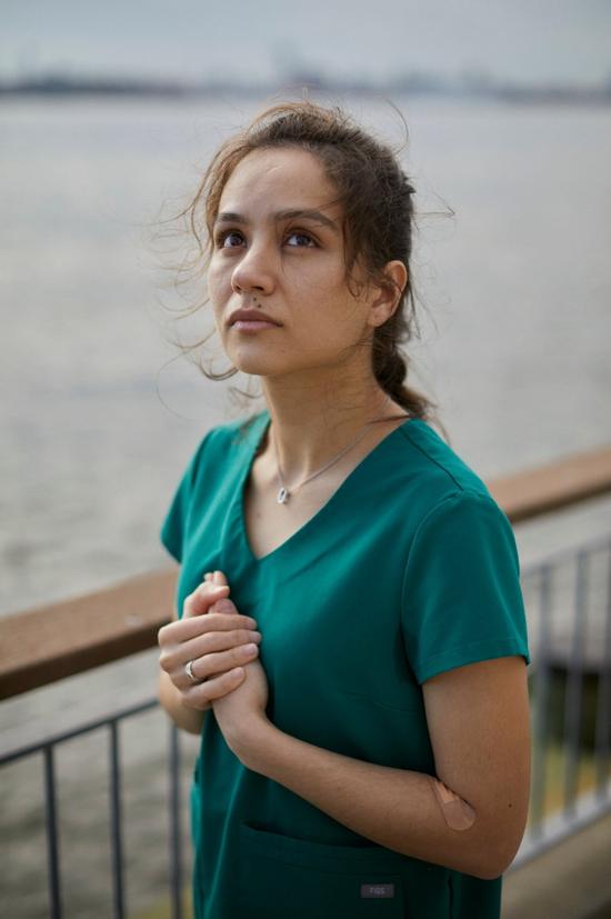 """马迪纳·里扎耶娃有个两岁的儿子,她说:""""我可不希望我儿子把我给忘了。"""" 图/纽约时报"""
