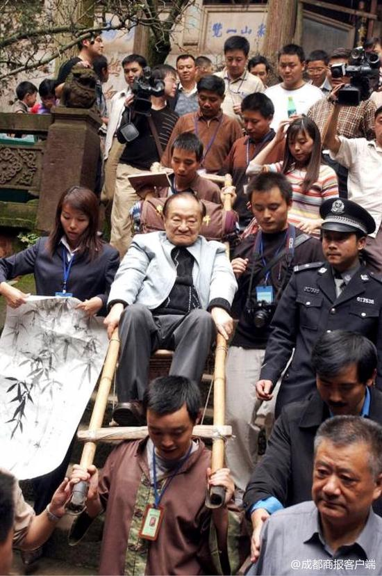 ↑2004年,金庸坐滑竿游青城山 成都商报摄影记者迟阿娟