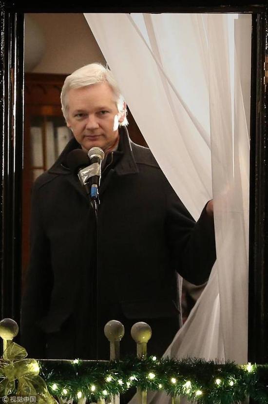 2012年12月20日,阿桑奇在厄瓜多尔驻伦敦大使馆发表公开演讲,纪念其在此寻求政治避难6个月 图源:视觉中国