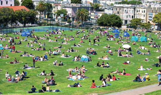 ▲ 5月24日,美國舊金山一處公園的戶外草坪上畫了很多圓圈,人們在圈中休閒,以保持安全社交距離 李建國攝/《瞭望》新聞週刊