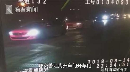 看看新闻Knews记者从薛先生这儿了解到,并非是由奔驰远程操控帮助停车。