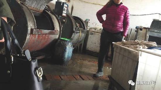"""▲3月1日,河北省清河县峨二庄村,藏身民宅里的一家""""洗衣坊""""。左边铁质圆筒状机器就是""""洗衣机"""",地上塑料桶内装的柔软剂。"""