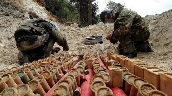 官兵正在进行诱爆爆炸物前的各项准备工作