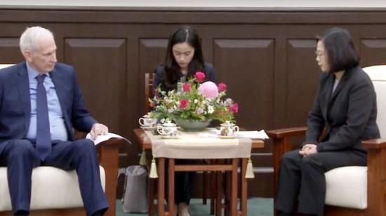 """▲蔡英文与""""美在台协会""""主席莫健会谈。(图片源自台媒)"""