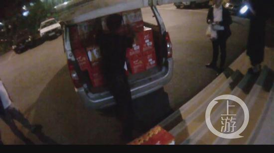 红叶卡盟车上凭空多出几十箱芒果汁 车主却选择报警