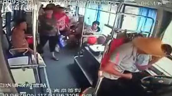 老汉一言不合推搡打骂女乘客 公交司机报警遭暴打