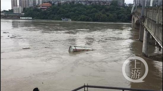 重庆一油罐车被洪水卷入涪江 擦桥而过距离仅一米毁灭长歌
