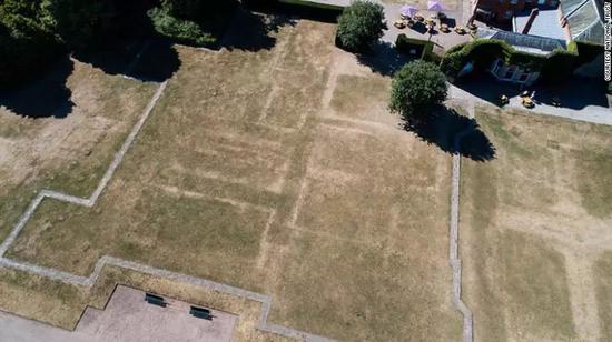 ▲諾丁漢郡克倫伯公園的草坪現出莊園遺蹟 圖據CNN