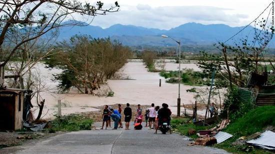 ▲道路被洪水阻斷 圖據CNN