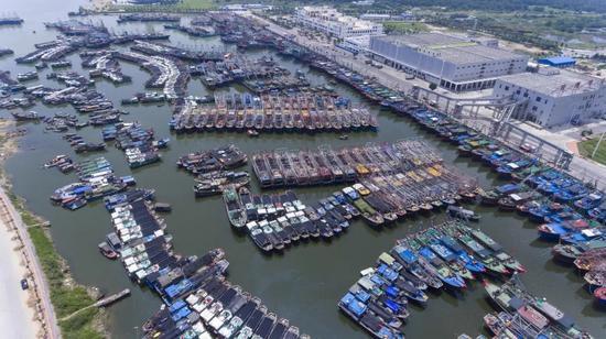 △15日,海南三亚崖州中心渔港停靠着众多回港避风的渔船(图自视觉中国)