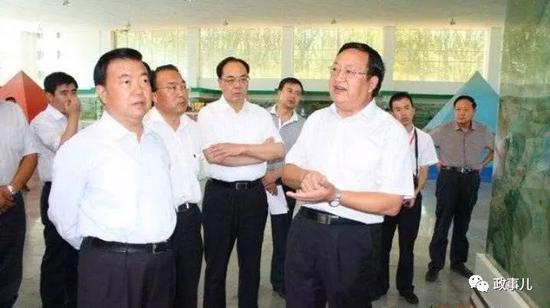 火荣贵(前右)与王三运(前左)