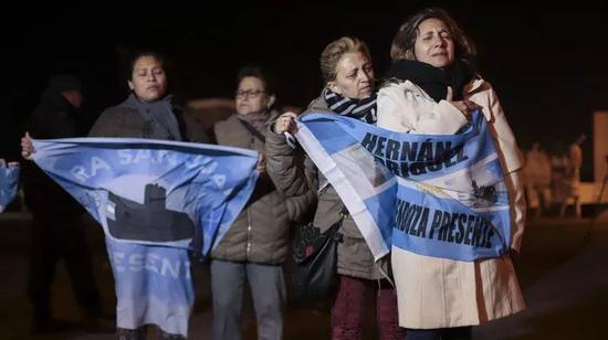 """""""圣胡安""""号上船员的家属们在阿根廷马德普拉塔的海军基地旁祈愿"""