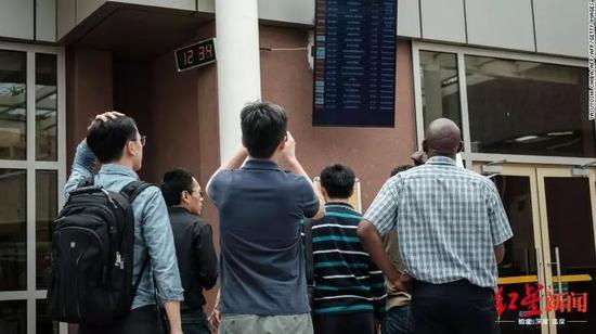 △一队中国人在肯尼亚内罗毕机场查看到达航班时刻表。图天游娱乐登录CNN