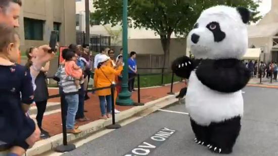 ▲在中国驻美国大使馆门外排队的美国民众