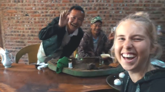 Amy認爲共飲普洱茶,是一種拉近人與人距離的方式(視頻截圖)