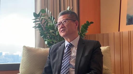 卖挣钱教程论坛_香港财政司司长:香港不惧竞争 最怕自己不争气