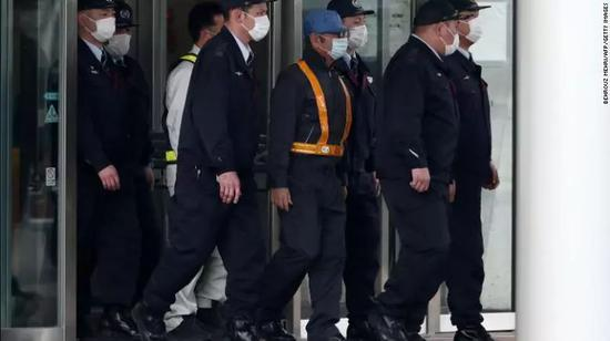 ▲戴口罩和蓝色帽子的戈恩被保释。图/CNN