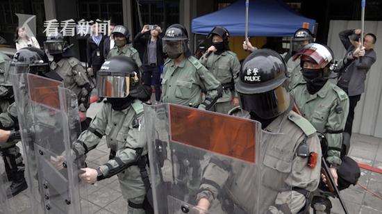 香港警察回应被暴徒扔汽油弹 不