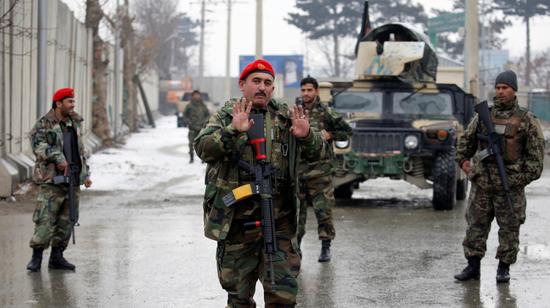 阿富汗国民军士兵封锁爆炸现场(路透社)