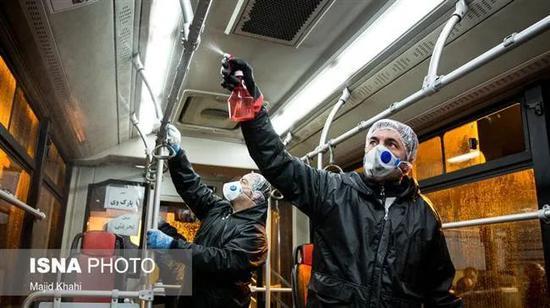 正在消毒的伊朗公共交通。