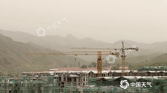 本日午后,受上游沙尘影响,河北省张家口市怀来县泛起沙尘气候。(图/王晓)