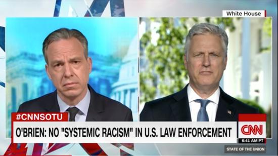 """白宫国度平安照料担当CNN采访截图,字幕为:美国法律机构内不存在""""体系性种族主义"""""""