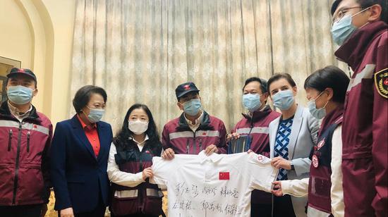 天富:总理送天富别中国抗疫专家组向图片