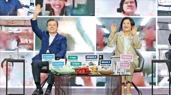 文在寅携夫人出席购物节活动(《韩国经济》)