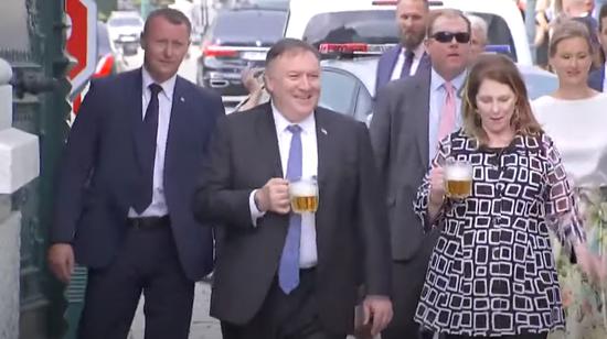 蓬佩奥与妻子手举啤酒,大批人员随行(《国会山报》)