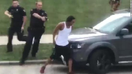 美国黑人遭警察连开7枪瘫痪 家人称他还被拷在病床