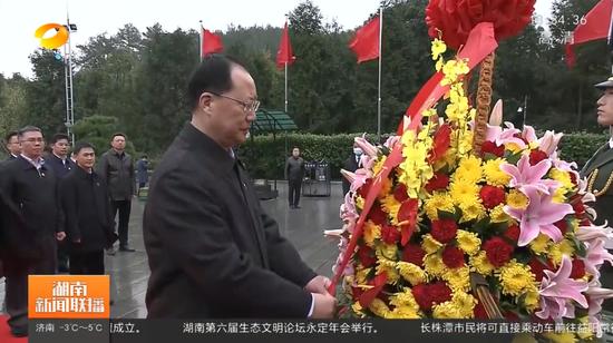 毛伟明向毛泽东铜像敬献花篮 截图来源:湖南新闻联播
